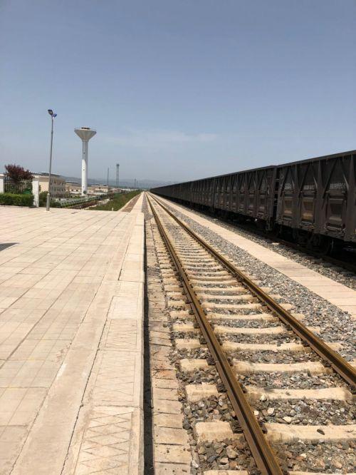 闲置的集装箱和无煤可运的运煤专线