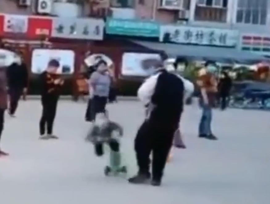网曝广场舞大妈故意绊倒滑板车儿童 警方:正在核实调查