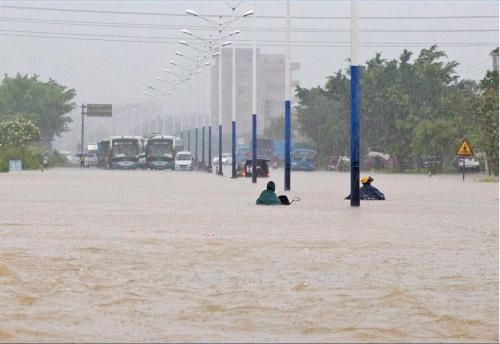 廣東陽江暴雨致街道被淹全市停課 挖掘機水中運送路人