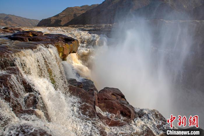 图为黄河壶口瀑布咆哮如雷惯耳,水雾腾空而起。 兰华 摄
